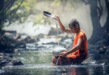 garçon thailandais sur de l'eau